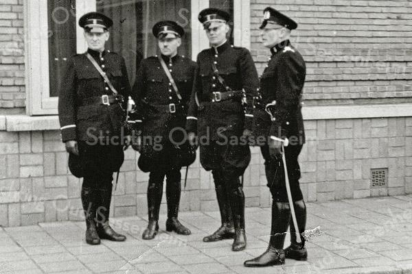 F0556 <br /> De plaatselijke politieagenten in 1939. V.l.n.r. wachtmeester Van der Laan; wachtmeester J. Elst, die in de oorlog zou worden opgepakt en nooit is teruggekeerd; wachtmeester Kruijswijk en opperwachtmeester Geerts. Hier opgesteld voor het voormalige gemeentehuis aan de Wilhelminalaan. Foto: 1939.