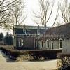 F3330<br /> De boerderij met de stal, de vader van Niek Breedijk kocht in 1925 deze huisjes, die hij tot koeienstal liet verbouwen. Deze stal is dus gesloopt om plaats te maken voor de woningen