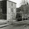 F1353 <br /> De bollenschuur van Piet Blom omstreeks 1987. De foto is gemaakt vanaf de Teijlingerlaan. Het torentje is van het pand waar Barend van Loo was gevestigd. Thans zit daar Makelaardij Heemborgh. De Klapbrug is allang verdwenen.