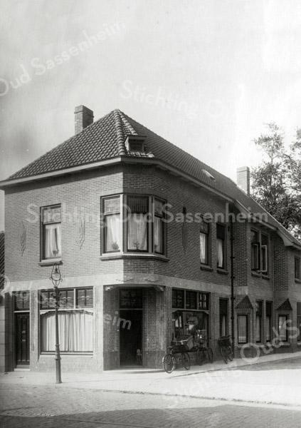 F0852 <br /> Nieuw gebouwde kruidenierswinkel van Mathôt, later van J. v.d. Klugt. Zie verder F0851.<br /> <br /> Collectie Oudshoorn 109: Mathôt, Hoofdstraat 157, volgens oude nummering. Foto: vóór 1921.