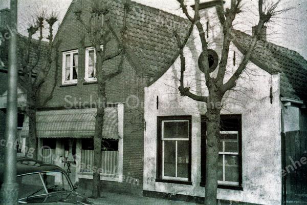 F0541 <br /> Oude Haven. Rechts het witte huisje van Jaap v.d. Meer. Links ernaast de bakkerswinkel van Ravensbergen, met boven de winkel het woonhuis. Beide panden zijn gesloopt. Daarvoor in de plaats kwam één groot pand te staan. Hierin is sinds 1975 slijterij Dirck III gevestigd (zie foto F0617). Foto: ca. 1959.