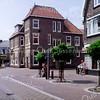 F1323 <br /> Op de hoek Charbonlaan/Hoofdstraat staat het gebouw van 'Cees en Ineke'. In het verleden was dit het KSA-gebouw. Nu is hier al vele jaren L.J. Sport van R. Landwer Johan gevestigd.
