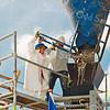 F2580<br /> Bouwplaats aan de Kerklaan. Wethouder Hannie Tijdeman in actie. Foto: 2004.
