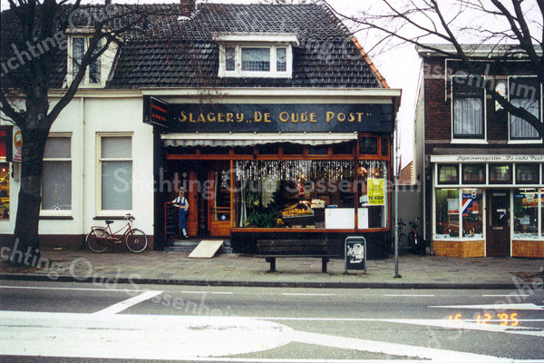 F0248 <br /> De slagerij De Oude Post, Hoofdstraat 117. Vanouds bekend als de winkel van de gebroeders Couvée. De laatste jaren was de zaak van Wim van Ark. Het bedrijf heeft het door de concurrentie van supermarkten echter niet langer kunnen bolwerken en staat hier, december 1995 te koop. Er is nu (2016) een pizzeria gevestigd. Het pand links was een bakkerij en rechts was de sigaren- en kapperszaak van Jan Karremans. Dit laatste winkelpand is inmiddels verbouwd tot woonhuis.   Foto: 1995.