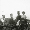 F1148 <br /> Feestelijke herdenking 1813-1913, het Onafhankelijkheidsfeest. B. Hoogstraten met zijn dochter in een rijtuigje. Zij deden mee aan het ringsteken op woensdagmiddag 17 september 1913 op het feestterrein aan De Overplaats. Zie ook F1150.