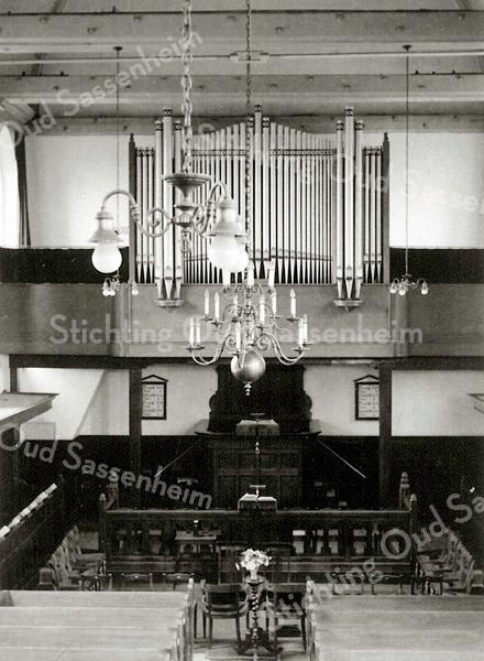 F2365<br /> Het interieur van de Ned.-herv. kerk (Dorpskerk). Foto: 27 juni 1944.