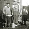 F0910 <br /> Voor hun kleine boerderij langs de Sassenheimervaart staan boer Klaas Berkhout en zijn vrouw. Rechts staat Teun Versluijs, een vrijgezel die in een woonboot tegenover Berkhout woonde en o.a. roeiboten verhuurde. Bij de boerderij stond vroeger een molen, maar die is later gesloopt. In 1927 kwam er een machinegemaal met dieselmotor voor in de plaats en dat werd in 1942 weer vervangen door een elektrisch vijzelgemaal.  Later is de boerderij geheel gerestaureerd en werd bewoond door hun zoon Arie Berkhout. Foto: jaren '30.