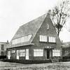 F2741<br /> Het wijkgebouw Bethesda van de prot.-chr. ziekenverpleging aan de Emmalaan. Het gebouw was tevens kraamkliniek, waar twee wijkzusters en mej. Juul Bosma als huishoudelijke hulp woonden. Het gebouw werd op 6 oktober 1928 officieel geopend. Nu staat op deze plaats het pand van dr. Moerman jr. Architecten van het huis op de foto: Ponsen en Lohmann. Linksachter is de bollenschuur van de fa. Zonneveld & Co te zien. Foto: vóór 1929.