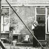F1056 <br /> De achterkant van het oude huis van A. Vogelaar, Hoofdstraat 209. Hij staat hier met één van zijn kinderen. Foto: 1937.