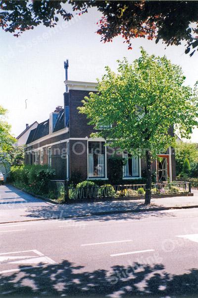 F0157 <br /> Het huis van de dames Reeuwijk van de vroegere kistenmakerij en bouwbedrijf, gelegen aan de Hoofdstraat, nr. 152. Dit pand is in 2003 gesloopt om plaats te maken voor nieuwbouw. Foto: 1996.