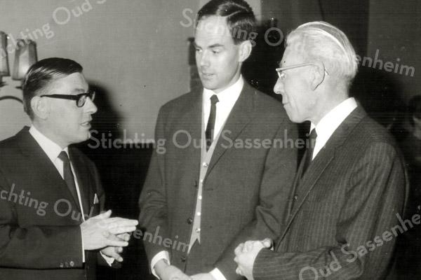 F2668<br /> Het afscheid van dokter van Raay (links), hij vertrekt naar Brabant en hij spreekt hier met zijn opvolger dokter van Riet (midden)en hoofdonderwijzer van  de Antoniusschool dhr Beckers (rechts). Foto: 1967.