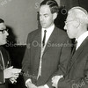 F2668<br /> Het afscheid van dokter Van Raay (links), hij vertrekt naar Brabant en hij spreekt hier met zijn opvolger dokter Van Riet (midden) en hoofdonderwijzer van de St. Antoniusschool dhr. F. Beckers (rechts). Foto: 1967.