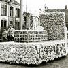 F2350<br /> Bloemencorso. Een versierde wagen van de fa. IJsselmuiden.