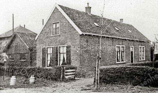 F0549<br /> De boerderij van Chris van der Voort. De boerderij werd gebouwd in 1898 op de hoek van de Menneweg en de Rusthofflaan. Het pand werd in 1966 afgebroken en op deze plaats werd daarna het politiebureau gebouwd. Nu in 2016 is op deze plaats al vele jaren een kinderopvang. Foto: ca. 1910.