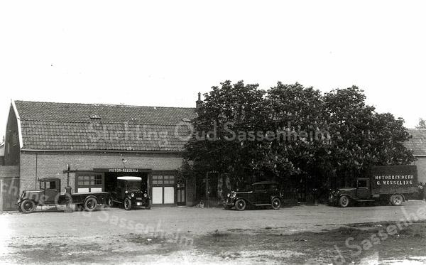 F1121a <br /> Dit pand werd gebouwd voor de 'Motorreederij' van G. Wesseling in de Concordiastraat. Later werd het de garage van Ep Postma; daarna garage en woonhuis van Henk van Santen.