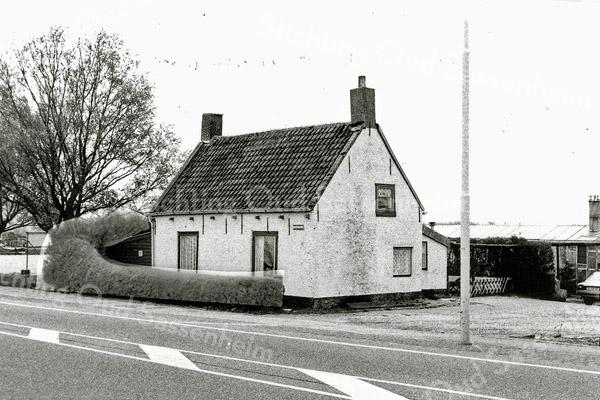 F1377a <br /> Rijksstraatweg 44. In dit huisje woonde de fam. Van Dorp-van Heiningen. Nu staat hier het bedrijf van de fa. Langeveld B.V. De foto lijkt geretoucheerd (zie heg).