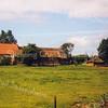 F0674 <br /> De boerderij van Willem van Rijn, Hoofdstraat 319. De driehonderd jaar oude boerderij is zonder echte fundering op een zandplaat gebouwd; in vakkringen wordt dat 'bouwen op staal' genoemd. Dat heeft niets te maken met het materiaal staal, maar het betekent hier 'harde, stevige bodem'. <br /> In het begin van de jaren '90 is de boerderij geheel gerestaureerd. Voorheen woonde hier de fam. Rotteveel. Foto: 1999.