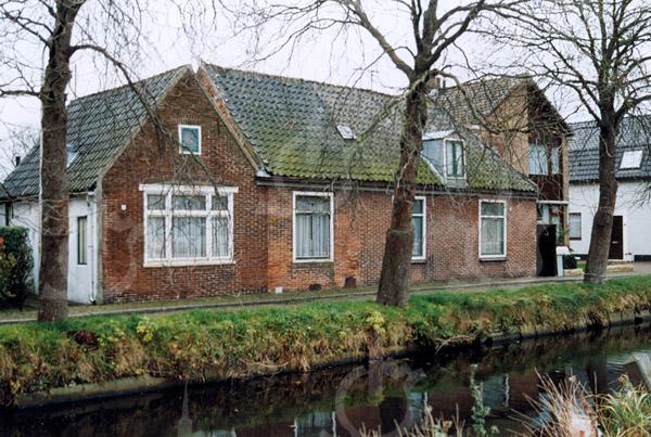 F4234b<br /> <br /> Kastanjelaan 11 en 12. Beide huizen zijn destijds bewoond geweest door de fam. Witteman. De panden worden binnenkort gesloopt. Foto: 22-11-2004