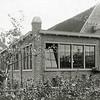 F0861 <br /> Drukkerij van J.W. de Gruijter achter de boekenwinkel aan de Hoofdstraat. Nu is hier een het appartementencomplex Residence Hortus, dat zijn ingang heeft aan het Hortusplein.<br /> <br /> Collectie Oudshoorn 076: drukkerij de Gruijter aan de Hoofdstraat. Foto: vóór 1921.