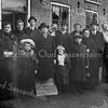 F1471 <br /> De heer Pel had zijn woning en bedrijf aan de Hoofdstraat, tussen de Hoekstraat en de Zuilhofstraat, waar later Moolenaar zich vestigde.<br /> <br /> Tijdens de Eerste Wereldoorlog van 1914-1918 kwamen vele Belgische vluchtelingen naar ons land. Zo ook naar Sassenheim, waar de heer Pel een groep mensen in zijn bollenschuur onderdak verleende. Eigenlijk twee groepen, de familie Mattheijses en de familie Ceulemans. De kleindochter Nancy Heijnes-Massaro wist niet hoe de voedselvoorziening was geregeld en hoelang het verblijf in de bollenschuur heeft geduurd.<br /> Zeker is dat de familie Pel hiermede een historische daad van menslievendheid heeft verricht, wat zover bekend maar weinig navolging heeft gehad.<br /> Rechts op de foto, de man met hoed, is de heer Pel. Links naast hem zijn vrouw met hun jongste kind op de arm, Johanna Pel,die later bekend zou worden met het geven van heilgymnastiek. Vóór hen twee dochters, waarvan de linkse, Nancy Pel, later met de weduwnaar Heijnes trouwde en een tweeling kreeg: Nancy en Jan. Naast haar staat haar zusje Carolien die naar Duitsland is vertrokken,  waar ze ook is overleden.