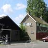 F0745 <br /> Voorbij het viaduct van de A44 lag rechts de voormalige boerderij Kooilust van Theo van der Plas, gebouwd na 1945. Het woonhuis, de stal en de constructie van de hooiberg staan er nog steeds, maar maken nu onderdeel uit van de gemeentewerf. Door de aanleg van de Schiphollijn in 1981 moest de boerderij worden verplaatst naar de oostzijde van die spoorlijn. Foto: 2003.