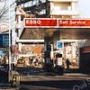 F2299<br /> De afbraak van de kantoorflat aan de Parklaan te Sassenheim van Schulte en Lestraden en van het Esso-pompstation van B. Leenheer. Foto: december 1998.