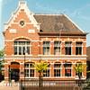 F2893<br /> Postkantoor te Sassenheim. Gebouwd in 1902 door aannemer J.P. Oudshoorn. Na aankoop en restauratie door de fa. Kiebert zit er nu beneden links de fa. Terstal en rechts Hairstudio Tim Kruik. Boven is een  praktijk voor fysiotherapie. In 2012 ontving de fa. Kiebert hiervoor de Oud Sassenheim Restauratieprijs 2012. Foto: 1992.