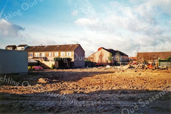 F0093 <br /> Het terrein, waar het bedrijf van Moolenaar heeft gestaan tussen de Hoofdstraat en de Prins Clausstraat. Nadat het bedrijf is verhuisd naar de Loosterweg in Voorhout, is hier ruimte ontstaan voor de bouw van 22 woningen. De wijk gaat Prinsenhof heten. Foto: 1998.