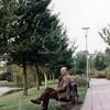 F4551<br /> Gerard Koenen, hoofd groenvoorziening van de gemeente Sassenheim,  op een bankje in de Dr. De Visserlaan.