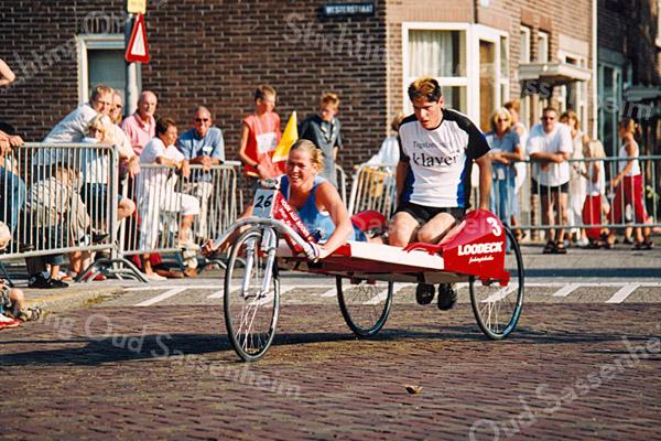 F2520<br /> De beddenrace in de Westerstraat tijdens de Oranjefeesten van 2003.