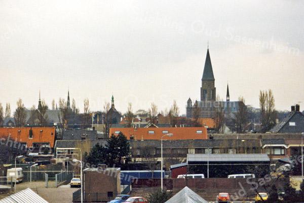 F1016 <br /> Gefotografeerd vanaf de bollenschuur achter Twin's-Home. We zien de torens van drie kerken en het gemeentehuis.