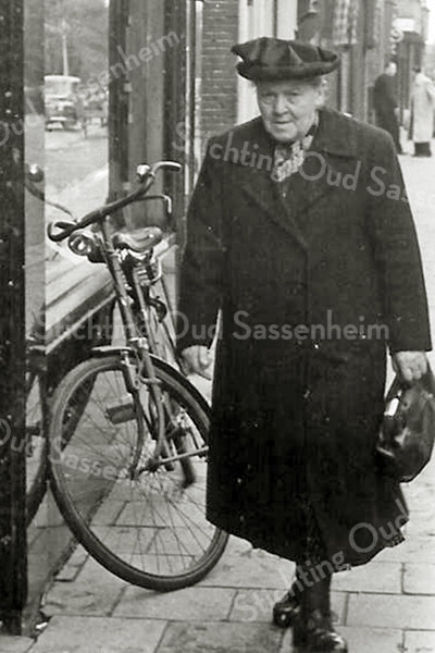 F2696<br /> Weduwe C. de Groot-Alkemade. Ze woonde in het witte huisje voor de Pancratiusschool.