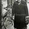F2696<br /> Weduwe C. de Groot-Alkemade (1873-1960). Ze woonde op Hoofdstraat 194, het witte huisje voor de Pancratiusschool.