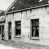 F0520 <br /> Links de salon voor 'scheren en haarsnijden' van Jan de Jong aan de Hoofdstraat. Rechts het pand van vleeschhouwerij en spekslagerij Van der Meij. Nu is hier al vele jaren het dorpsplein met parkeervakken bij de  Ned.-herv. Kerk of Dorpskerk. Foto: ca. 1910.