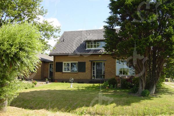 F0746 <br /> Het in 1979 gebouwde moderne woonhuis van de fam. Theo van der Plas aan de Menneweg 165. Foto: 2003.
