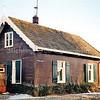 F0937a <br /> Het huis van pontjesbaas C.L. Enzler aan het eind van de 3e Poellaan aan de Ringvaart. Hij heeft daar tot 1995 gewoond; later is het gesloopt. Hij droeg een bruin uniform met zwarte pet. Het pontje is jarenlang voor Sassenheim de enige verbinding met de Haarlemmermeer en Kaag geweest. Foto: 1996.