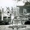 F4227 <br /> Het versierde fontein op de Oude Haven, geschonken door het Gas- en Waterbedrijf in 1925. Op de achtergrond de winkel in bloemen en planten van A. Vliem en links het witte huisje van Jaap v.d. Meer. Links ernaast de bakkerswinkel van Ravensbergen. Het witte huisje is gesloopt (in 1960). De foto is gemaakt tijdens een bloemencorso.