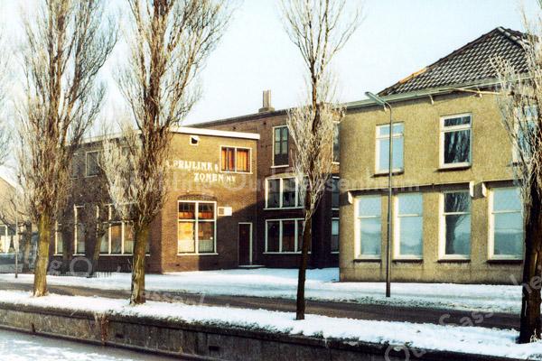 F0273 <br /> Het bollenbedrijf van A.Frijlink & Zonen N.V. aan de Zandslootkade. In 1977 is het bedrijf verhuisd naar Noordwijkerhout. De gebouwen aan de Zandslootkade zijn gesloopt 1979/80. Op het vrijgekomen terrein werden in 1981 woningen gebouwd: de Prins Clausstraat.. Foto: 1977.