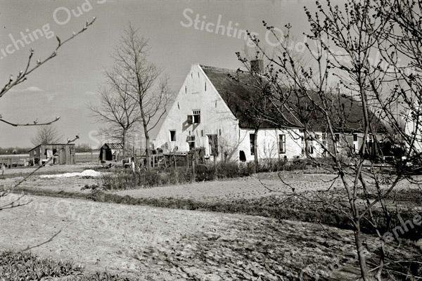 F3368<br /> De boerderij Jagtlust aan de Warmonderdam. Op deze plaatst staat nu VOC autoschadebedrijf.
