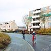 F2562<br /> De Vliegeniersweg in de Vliegenierswijk. Uiterst links het kunstvoorwerp Twee blokken,