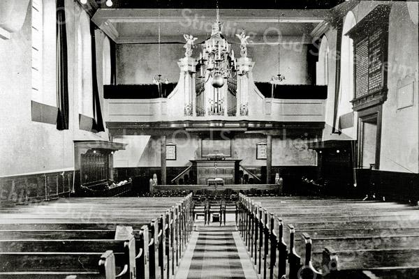 F0332 <br /> Het interieur van de  Ned.-herv. Kerk of Dorpskerk vóór 1930. Het fraaie orgel, gebouwd door Hermanus Knipscheer uit Amsterdam is op zondag 1 oktober 1837 in gebruik genomen. Het instrument had twee manualen en 16 registers; hoofdwerk, een fraai bovenwerk en aangehangen pedaal. In de jaren '30 verkocht aan de Gereformeerde Gemeente in Nederland te Nieuwerkerk (Zeeland), waar het met één manuaal nog steeds dienstdoet. Hiervoor in de plaats kwam een modern orgel van inferieure kwaliteit. Bij de restauratie van 1971 is dat vervangen en het hele kerkgebouw onderging toen een grondige verandering. Foto: vóór 1930.