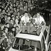 F2818<br /> De inhuldiging van Bart Zoet (rechts) bij zijn ouderlijk huis aan de Rusthofflaan. Naast hem zit zijn ploegmaat Gerben Karstens. De andere twee ploegmaten waren Eef Dolman en Jan Pieterse. Zie ook foto F2816. Foto: 1964.