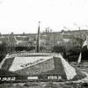 F0337 <br /> Mozaïek van de chr. mondaccordeonvereniging Excelsior tijdens het bloemencorso van 1952. Het mozaïek werd gelegd ter gelegenheid van het 20-jarig bestaan van de vereniging. De huizen op de achtergrond staan in de Floris Schoutenstraat. De plek waar het mozaïek ligt, is de plaats waar huize Zonnehof heeft gestaan. Die woning werd in 1951 gesloopt, ten behoeve van de aanleg van de Parklaan (geopend in maart 1952). Foto: 1952.