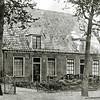 F2788<br /> De panden aan de Hoofdstraat 127 en 129 (oude nummering 79 en 81) zijn in 1853 gebouwd door W. v.d. Bruggen voor de fam. Moolenaar voor het bedrag van f 9000,-. Boven werd de ruimte gebruikt voor het bewaren van bloembollen. Momenteel (1999) worden de panden bewoond door E.P. Audiffred (links) en de fam. Jan Moolenaar (rechts).