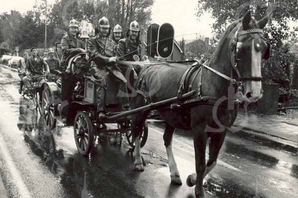 F4545<br /> De Sassenheimse brandweer heeft meer dan een jaar aan het opknappen van deze Magirus motorspuit gewerkt. Op 26 september 1988 rijdt deze mee in een optocht door Ter Aar ter gelegenheid van het 100-jarig  bestaan van het plaatselijke korps. Op de spuit zien we Jaap van Leeuwen, koetsier Jan van der Geest, Frans van der Wiel en Joop van Kesteren. Achter de spuit zien we onder andere  André Buijs op de fiets.