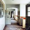 F0254 <br /> Het interieur van de St. Antoniusschool aan de Parklaan. Op de foto is het fraaie tegelwerk van de vloeren te zien. Foto: 1990.