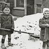 F2940<br /> Sneeuwruimen achter op het erf van Hoofdstraat 232. Links is Piet Langeveld en rechts zijn zusje Mieke. De foto is uit 1949.