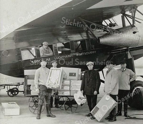 F3265<br /> De bloembollen worden met een KLM vliegtuig geëxporteerd naar het buitenland.