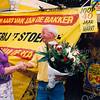 F2531<br /> J. van der Hoeve krijgt een bloemetje aangeboden door wethouder Hannie Tijdeman. Hij staat 40 jaar op de weekmarkt in Sassenheim. Foto: 2003.