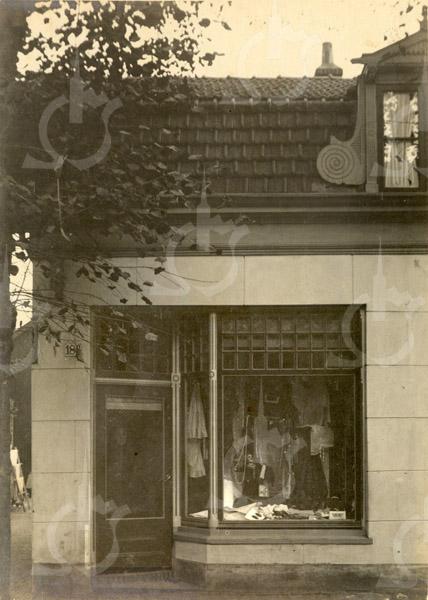 F0799 <br /> De woning en winkel werd gebouwd voor A. van Egmond aan de Hoofdstraat. Later kwam in dit pand de groente- en fruitwinkel van Faas. Daarna werd de winkel gedreven door P. Koning.  Na eerdere verbouwingen werd het pand gesloopt voor nieuwbouw in 2003. U treft daar nu onder andere de nieuwe Etos Hauwert op Hoofdstraat 254. Foto: vóór 1921.<br /> <br /> [Collectie Oudshoorn 088: winkelhuis A. van Egmond, Hoofdstraat 186 volgens de oude nummering – nu is het Hoofdstraat 224.]